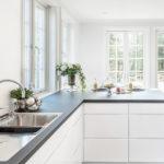 Hvitt kjøkken i hus fra Riis Bygg. Foto.